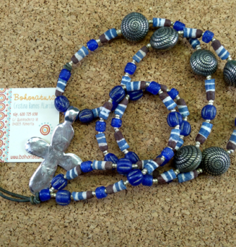 cruz plateada y cristal rustico en azules (Copy)